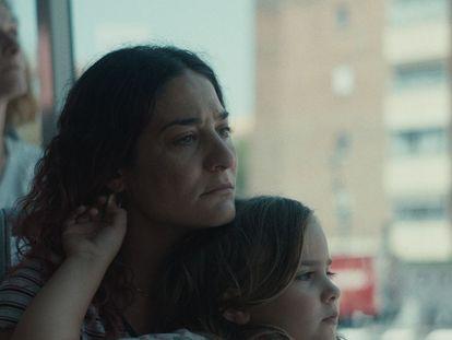 Tamara Casellas y la niña Leire Marín, en 'Ama'.