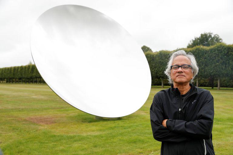 Anish Kapoor, junto a una escultura suya en Norfolk, este 9 de julio.