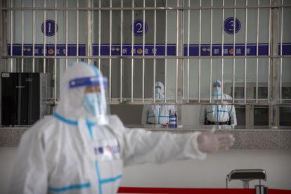 Varios policías en la recepeción del centro de detención de Dabancheng, en Xinjiang, en abril.