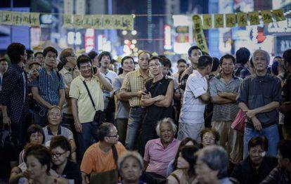 Un grupo de personas escucha un discurso improvisado por organizadores del movimiento prodemocracia en Hong Kong, este lunes.