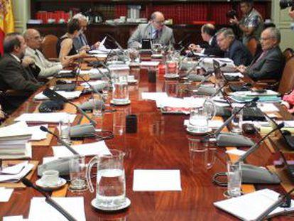 Último pleno del Poder Judicial. Margarita Robles, de espaldas, segunda por la izquierda; Fernando de Rosa, al fondo, encabeza la mesa.