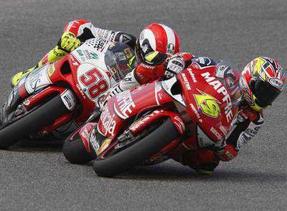 Álvaro Bautista, a la derecha, y el italiano Marco Simoncelli antes de chocar en Jerez.