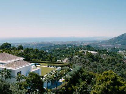 La Zagaleta, en Málaga, ofrece mansiones, golf y naturaleza a precios solo aptos para superricos; fuera, los vecinos del pueblo ven la urbanización con cierto misterio