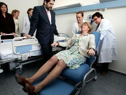 Esperanza Aguirre, durante una visita al Hospital del Tajo en Aranjuez, en 2007.
