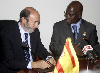 El ministro del Interior, Alfredo Pérez Rubalcaba, junto a su homólogo senegalés, Tidiane Sy, durante la reunión que han mantenido hoy en Dakar.