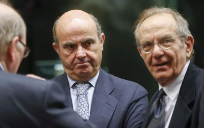 El ministro español de Economía, Luis de Guindos, junto al ministro italiano de Finanzas, Pier Carlo Padoan, antes de una reunión del Eurogrupo