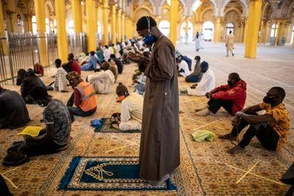 Fieles con mascarilla rezan en la mezquita Massalikul Jinaan de Dakar el viernes 15 de mayo, tras la relajación de las medidas adoptadas por el Gobierno senegalés frente al coronavirus.