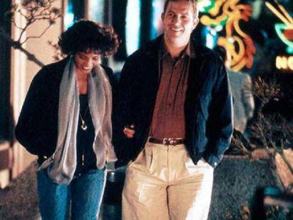Whitney Houston y Kevin Costner en un fotograma de la película 'El guardaespaldas.