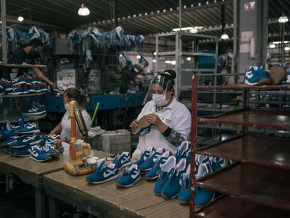 Una mujer trabaja en una fabrica de zapatos en el Estado de México.