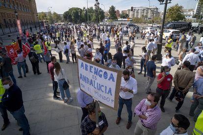 Concentración de trabajadores de Abengoa el pasado 9 de octubre en Sevilla durante su jornada de huelga laboral. PACO PUENTES/EL PAIS