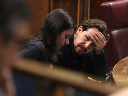 Irene Montero y Pablo Iglesias, de Unidos Podemos durante un Pleno del Congreso de los Diputados.