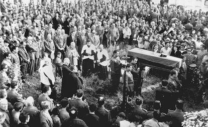 El entierro en Malpica (A Coruña) del guardia civil José Antonio Pardines, asesinado en junio de 1968.