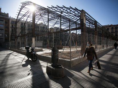 El esqueleto del mercado de la Abacería, en Gràcia, al descubierto tras la deconstrucción de la cubierta y muros.