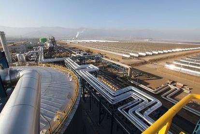 La planta de Andasol, central térmica solar con más de 600.000 espejos, en una planicie cerca de Sierra Nevada (Granada).