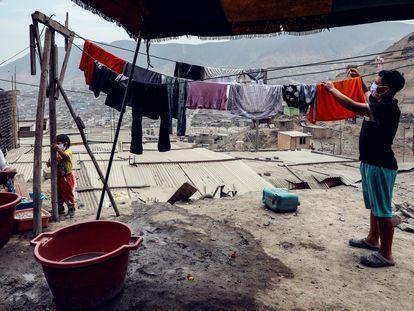 Habitantes del barrio Los Jazmines en Lima, durante la cuarentena por el coronavirus.
