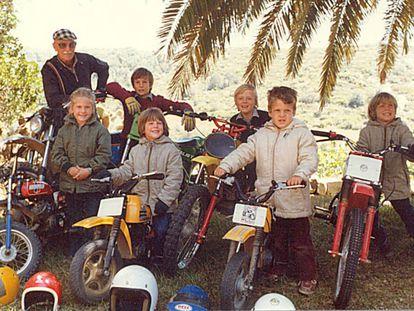Paco Bultó, fundador de Montesa y Bultacó, con seis de sus nietos. Detrás, de izquierda a derecha, Borja Gibernau Bultó, Sete Gibernau Bultó y Lucas Oliver Bultó. Delante, Cristina Gibernau Bultó, Rafael Tarradas Bultó y Diego Oliver Bultó.