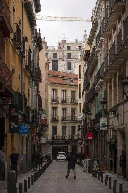 De frente, un edificio histórico en la calle Núñez de Arce; detrás, el nuevo edificio del Centro Canalejas.