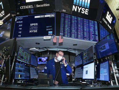 Un broker en el parqué de la Bolsa de Nueva York en febrero.