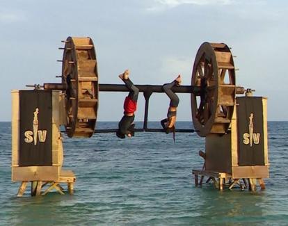 Dos concursantes de 'Supervivientes' compitiendo en la noria infernal, una de las pruebas más populares del programa.