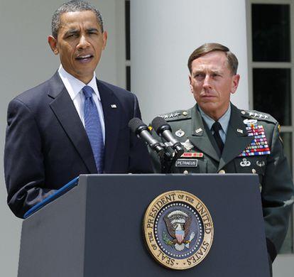 Obama y Petraeus en la Casa Blanca, en el momento en el que el presidente de EE UU anuncia la destitución del general McChrystal.