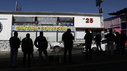 Miembros de la policía de la Fiscalía del Estado de Michoacán vigilan afuera de la cervecería La 25 en Morelia.