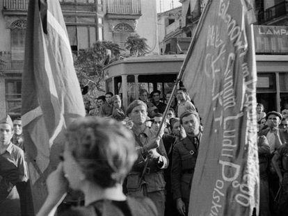 Gerda Taro, de espaldas, fotografiada mientras capturaba con su cámara el funeral del general Lukacs, en Valencia, el 12 de junio de 1937.