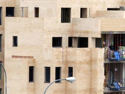 Obras de construcción de bloques de vivienda nueva en Madrid.