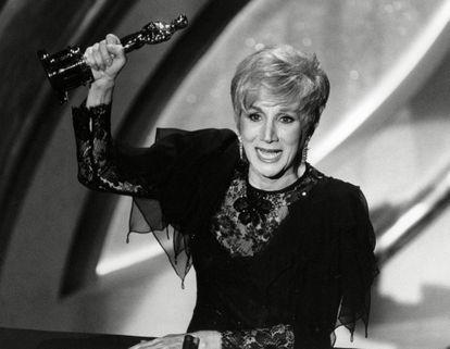 Olympia Dukakis recoge el premio Oscar por su papel en 'Hechizo de luna' en 1988.