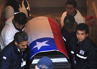 Los forenses trasladan el féretro de Salvador Allende para realizar el análisis