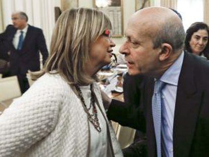 La consejera catalana de Enseñanza, Irene Rigau, y el ministro de Educación, José Ignacio Wert, el pasado febrero.