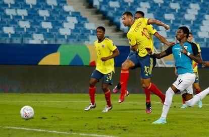 Edwin Cardona anota el primer gol para Colombia en su duelo de Copa América ante Ecuador en el Arena Pantanal de Cuiabá.