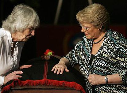 La presidenta chilena, Michelle Bachelet, y la británica Joan Turner (i), viuda del cantautor chileno Víctor Jara ante su féretro