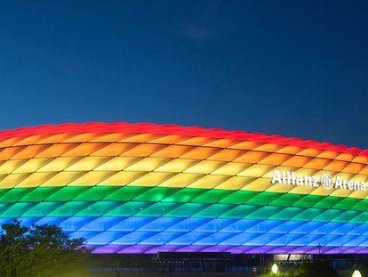 El Allianz Arena iluminado con la bandera LGTBI durante un partido de esta temporada.