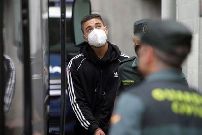 Uno de los acusados del crimen de Samuel Luiz abandona los juzgados de A Coruña el pasado 5 de agosto.