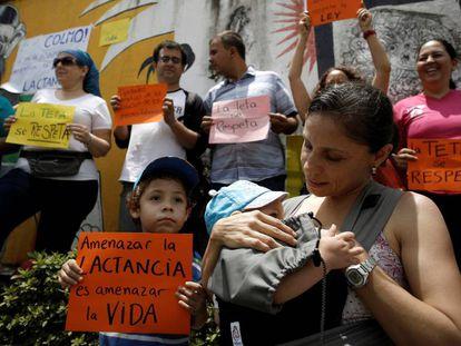 Tetada colectiva en San José (Costa Rica) por la Semana Mundial de la Lactancia Materna.