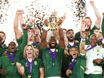 Los jugadores de Sudáfrica levantan el trofeo.