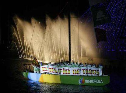 El <b><i>Desafío Español</b></i> navega durante el desfile inaugural, ayer por la noche.