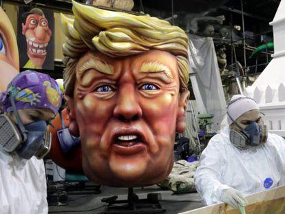 Una cabeza gigante del presidente Donald Trump para el carnaval de Niza.
