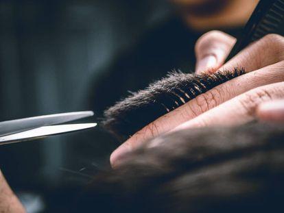 Un peluquero, manos a la obra.