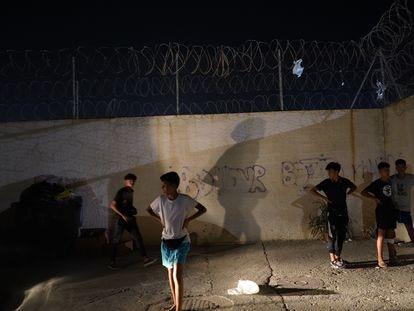 Un grupo de menores marroquíes trata sin éxito de regresar al albergue de Piniers (Ceuta) del que se habían escapado para evitar su repatriación.