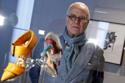 Manolo Blahnik, el pasado 2 de diciembre en una de las salas de la exposición dedicada a sus zapatos.