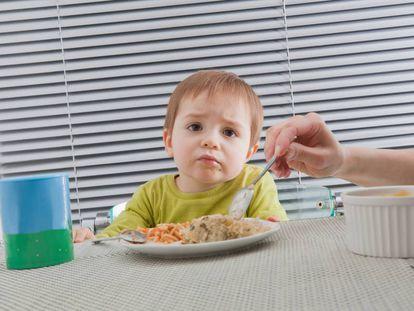 Una madre alimenta a su hijo.