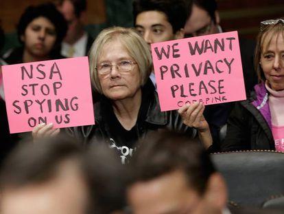 Protestas a favor de la privacidad en Internet ante una comparecencia de Richard Salgado, de Google, en un juicio, en Washington, en 2013.