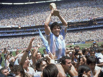 Diego Maradona sujeta la copa del Mundial de 1986, tras el triunfo de Argentina contra Alemania (3-2) en el Estadio Azteca en Ciudad de México.
