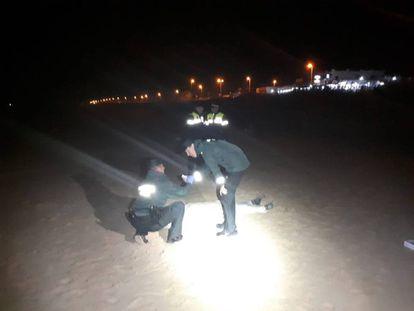 Dos agentes junto al cadáver localizado en Cádiz.