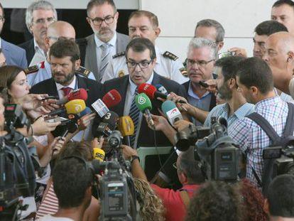 El conseller de Interior de la Generalitat, Jordi Jané (c) explicando los detalles de la operación en Salou.