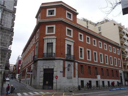 Edificio situado en el número 30 del madrileño Paseo del Prado que habría de ser demolido para construir el nuevo museo.