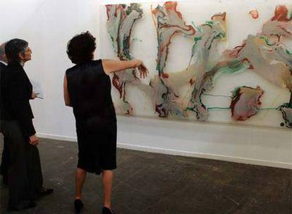 La responsable de la galería Heinrich Ehrhardt muestra una obra de Helmunt Dorner a la directora del Reina Sofía.