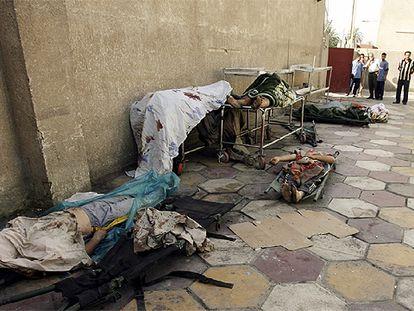 Cadáveres con signos de tortura, encontrados en varios puntos de la capital iraquí, yacen en la morgue de Bagdad.