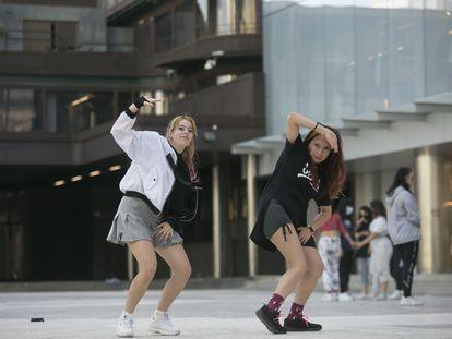 Chiara Manuguerra y Roxie Rámos, miembros del grupo Nova Big Family, bailan pop coreano en AZCA.